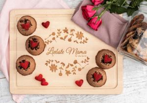 Zum Muttertag Schokomousse-Törtchen mit Erdbeeren-Herzen