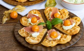Herzhafter Snack Waffeln mit Basilikum-Frischkäse und Schinken