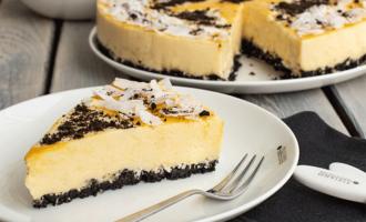 Anschnitt Mango-Joghurt-Torte mit Kokos