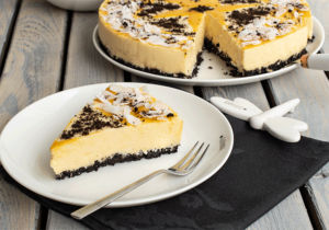 No bake Torte mit Schoko-Keksboden und Mango-Joghurt-Belag