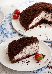 Maulwurfkuchen mit frischen Erdbeeren im Anschnitt