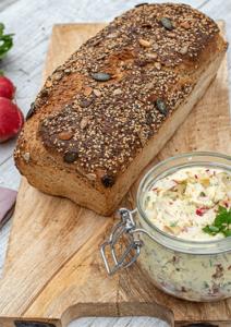 Selbstgebackenes Brot mit Körnerkruste und Aufstrich