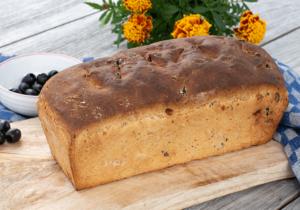 Seitliche Ansicht Käse-Speck-Oliven-Brot