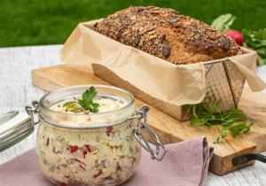 Brot in Backform und Radieschen-Walnuss-Butter im Glas