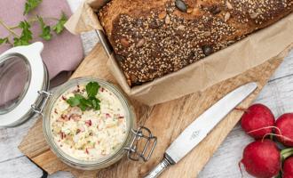 Brot mit Körnerkruste und Glas Mit Radieschen-Walnuss-Butter
