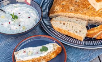 Fladenbrot selber backen dazu Joghurt-Dip mit Minze