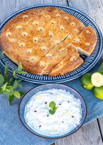 Joghurt-Dip mit Limette und Minze und Fladenbrot selber gebacken