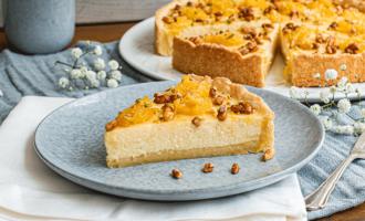 Anschnitt Ricotta-Kuchen mit Orangen und Pinienkernen