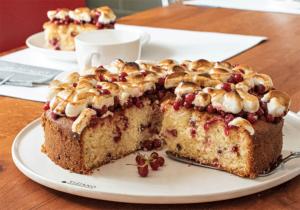 Anschnitte Johannisbeer-Kuchen mit Topping aus Marshmallows