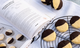 Shortbread Cookies mit Schokoladenglasur aus Magnolia Table