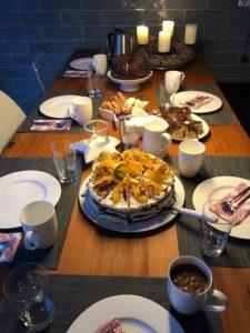 Gedeckter Tisch mit Orangen-Torte