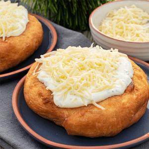 Langosch mit Schmand-Sauerrahm und Käse